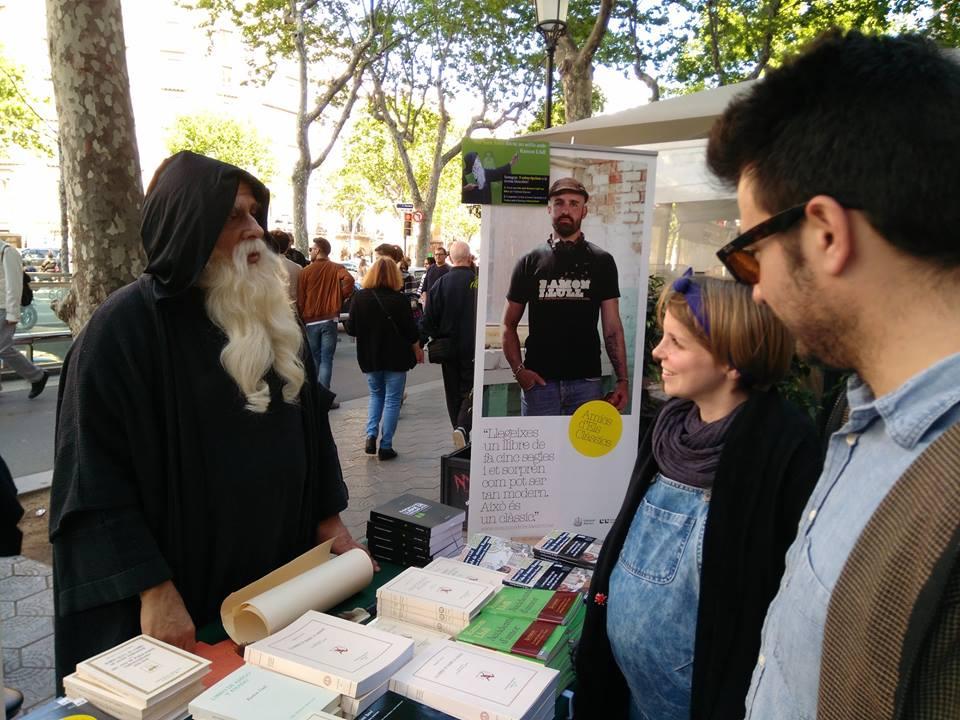 Ramon Llull signa llibres per Sant Jordi